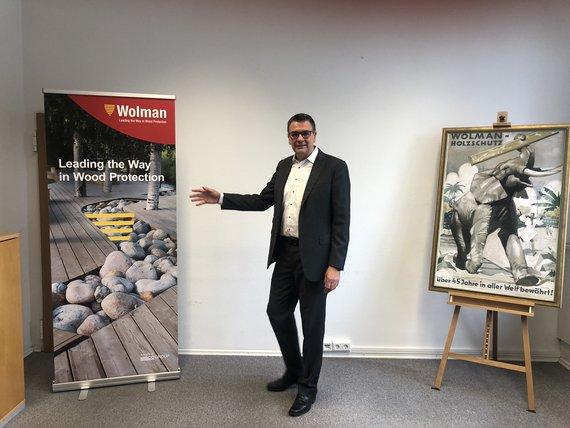 Dr. Ralf Schulz, Geschäftsführer der Wolman Wood and Fire Protection GmbH, präsentiert den neuen Firmennamen