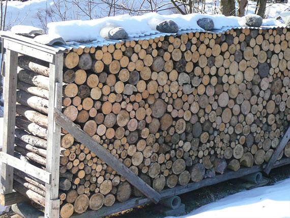 Holzstapel mit Schnee bedeckt